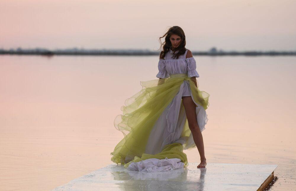 Modelka podczas pokazu nowej kolekcji marki Dress Dreams na jeziorze Sasyk-Sywas pod Eupatorią.