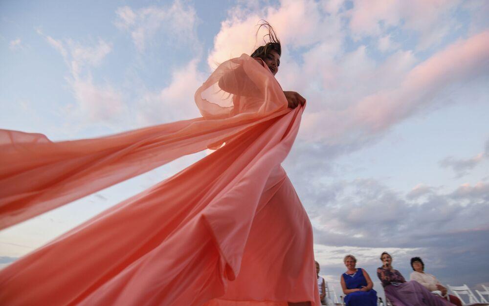 Modelka podczas pokazu nowej kolekcji marki Marina Malina na jeziorze Sasyk-Sywas pod Eupatorią.
