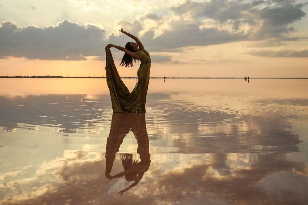 Modelka podczas pokazu mody na jeziorze Sasyk-Sywas pod Eupatorią.
