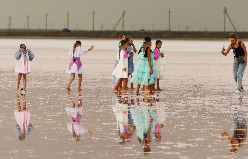 Modelki przed rozpoczęciem pokazu mody na jeziorze Sasyk-Sywas pod Eupatorią.