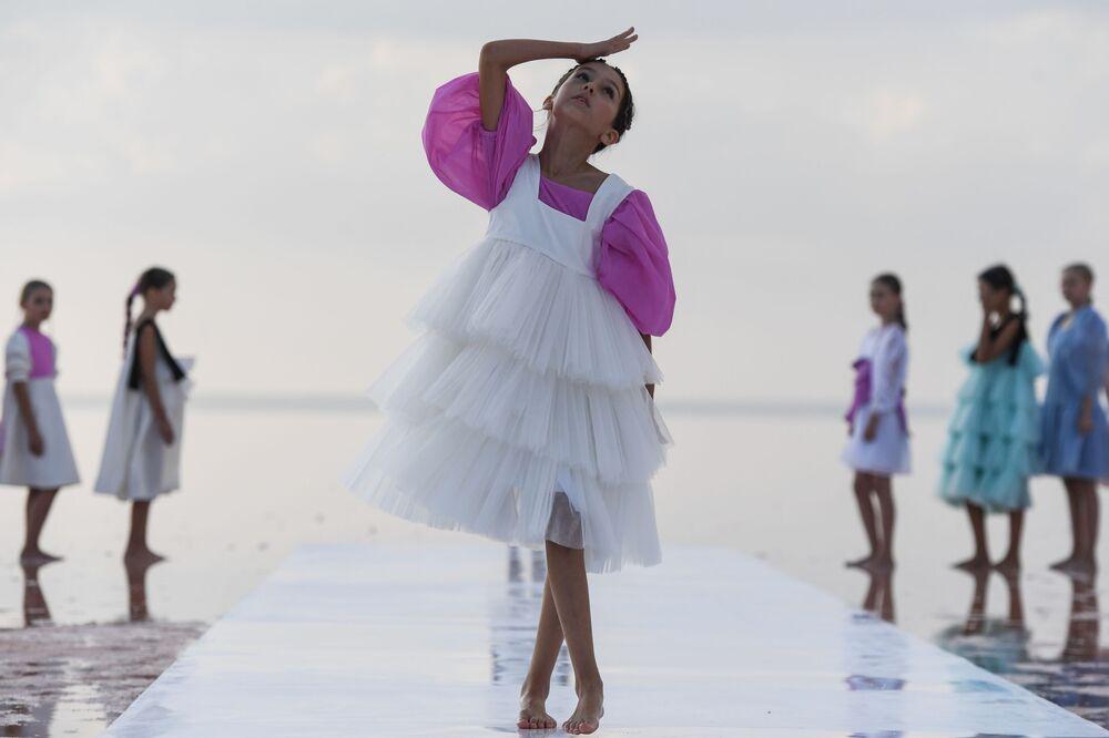 Modelka podczas pokazu nowej kolekcji marki Li Loveli Studio na jeziorze Sasyk-Sywas pod Eupatorią.