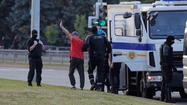 Milicja zatrzymuje uczestników protestów w Mińsku.  - Sputnik Polska
