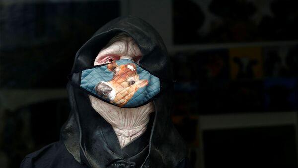 Maska ochronna na wystawie w sklepie, Windermere, Wielka Brytania - Sputnik Polska