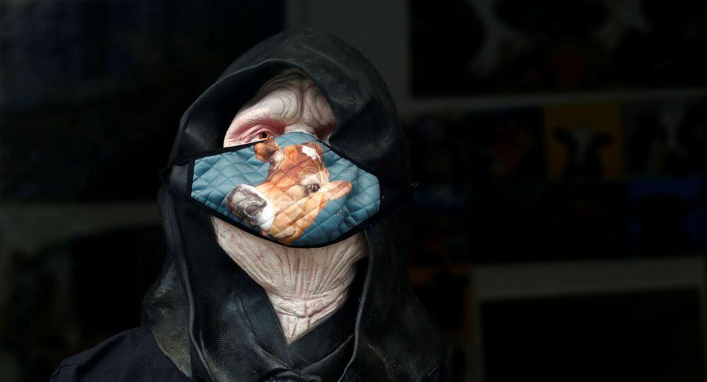 Maska ochronna na wystawie w sklepie, Windermere, Wielka Brytania