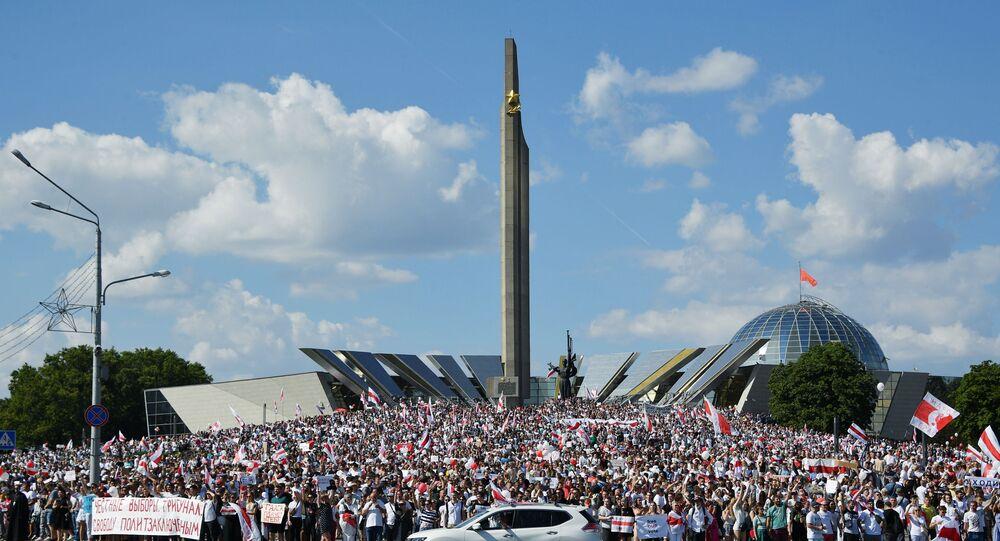 """Demonstracje w pobliżu steli """"Mińsk Miasto-Bohater"""" na Białorusi"""