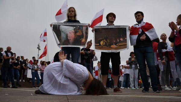 Marsz solidarności w Mińsku przeciwko stosowaniu przemocy podczas demonstracji - Sputnik Polska