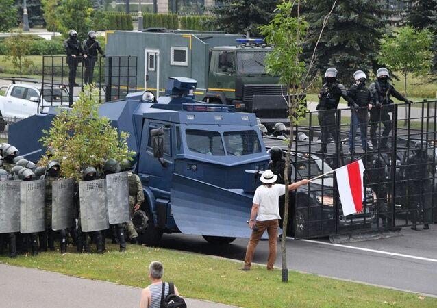 Blokada drogi dojazdowej do Pałacu Niepodległości, gdzie znajduje się rezydencja Prezydenta Białorusi