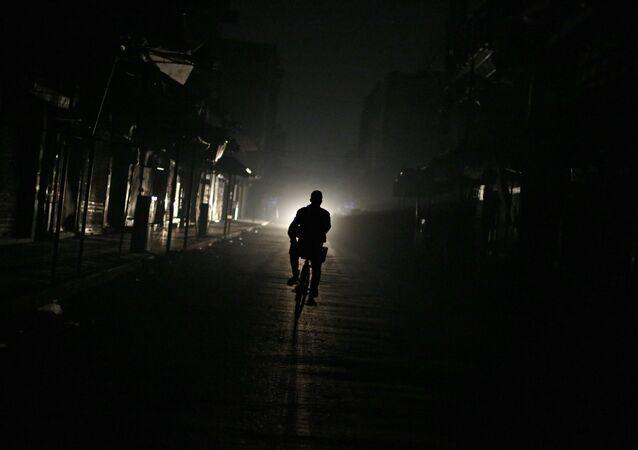 Człowiek na nieoświetlonej ulicy w Syrii