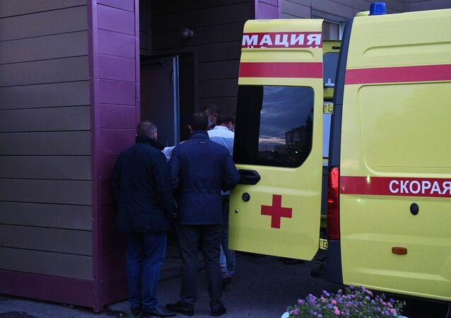 Lekarze w Omsku przenoszą Aleksieja Nawalnego do karetki pogotowia