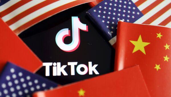 Logotyp TikTok na tle flag  - Sputnik Polska