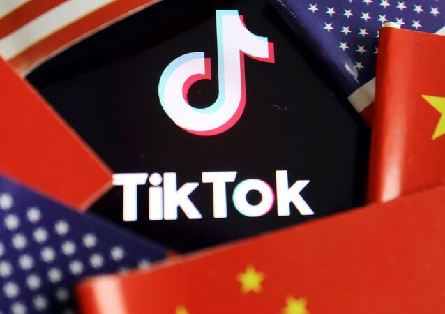 Logotyp TikTok na tle flag