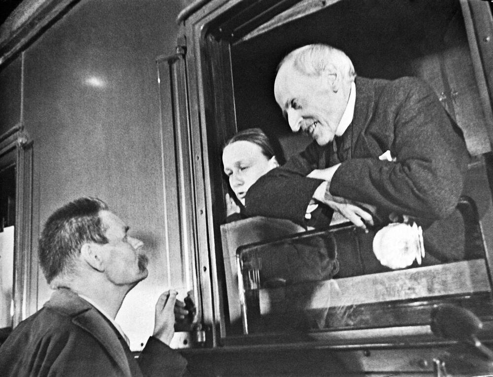 Maksim Gorki żegna się z francuskim pisarzem Romainen Rollandem, 1935 rok