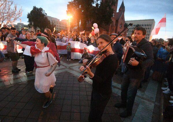 Muzycy na wiecu opozycji na Placu Niepodległości w Mińsku - Sputnik Polska