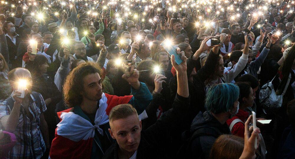 Uczestnicy wiecu opozycji na Placu Niepodległości w Mińsku.
