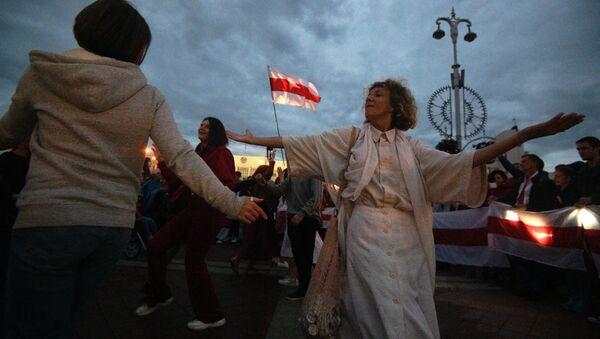 Uczestnicy wiecu opozycji na Placu Niepodległości w Mińsku - Sputnik Polska
