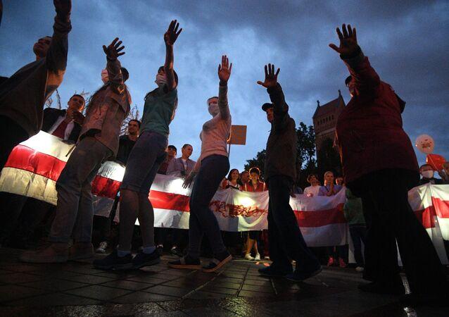 Uczestnicy protestu na Placu Niepodległości w Mińsku.