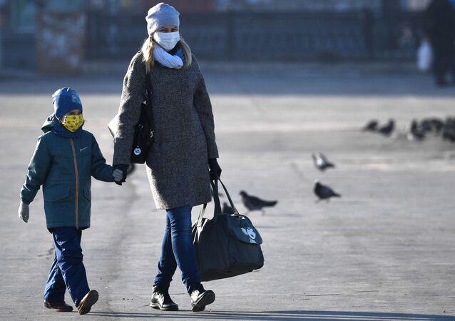 Kobieta i dziecko w maskach
