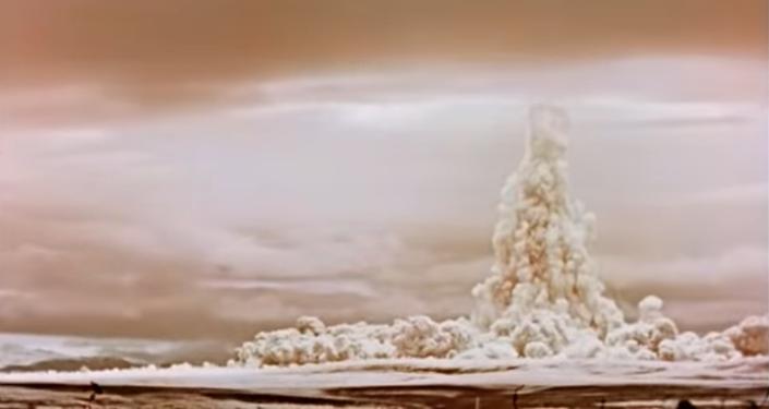 Widok z ziemi na eksplozję Cara bomby