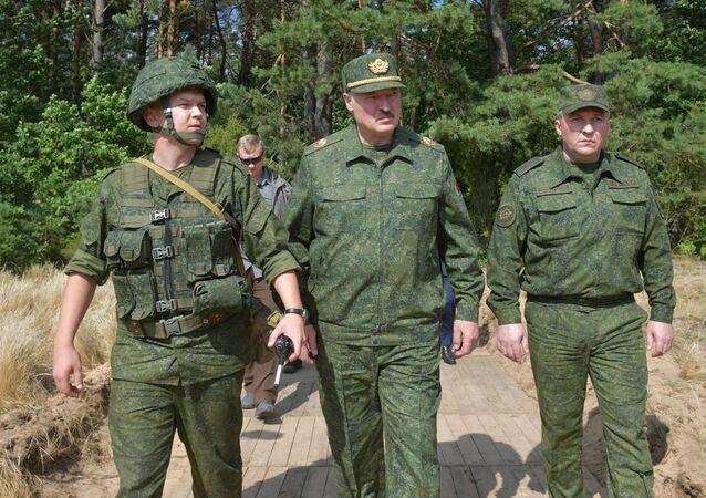 Prezydent Białorusi Aleksander Łukaszenko odwiedza poligon wojskowy pod Grodnem, 22 sierpnia 2020 rok