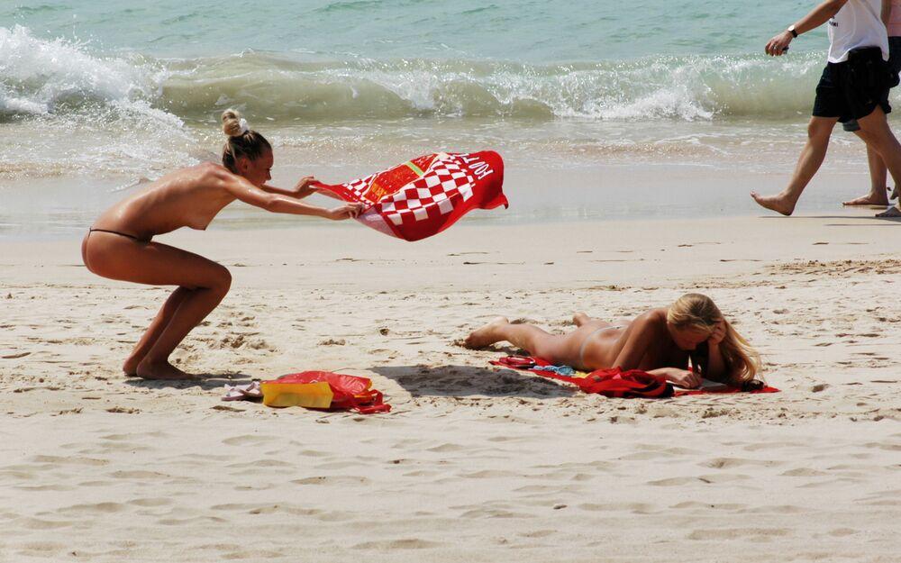 Turystki topless na plaży w Chinach