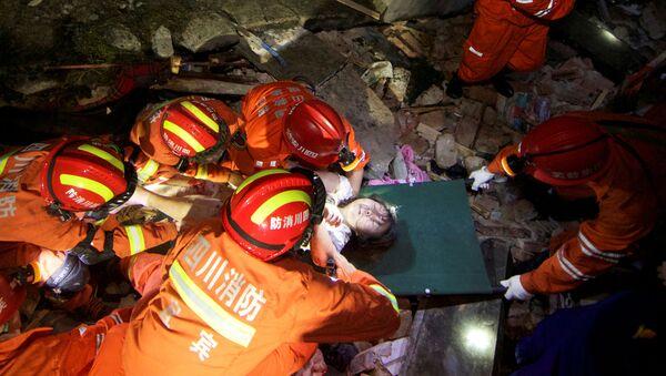 Ratownicy wyciągają spod gruzów kobietę po trzęsieniu ziemi, Chiny, 2019 r. - Sputnik Polska