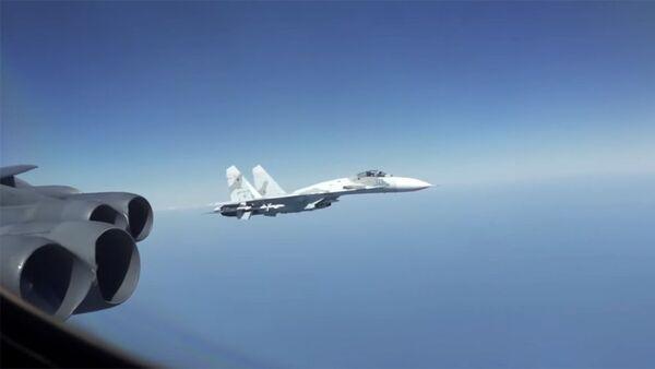 Rosyjskie Su-27 przechwytują B-52 - Sputnik Polska