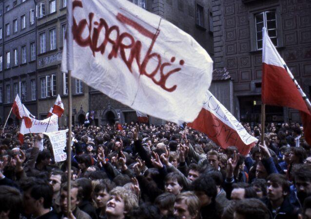 """Zwolennicy ruchu """"Solidarność"""" na proteście w Warszawie, 1982 rok"""