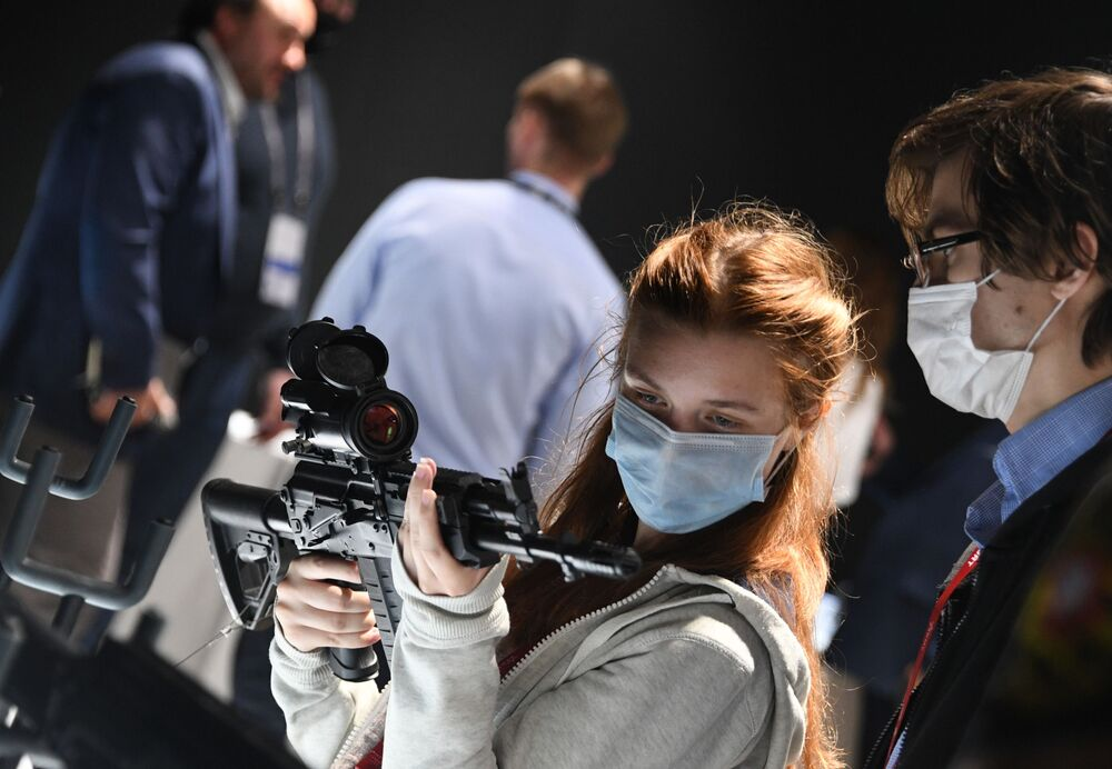 """Zwiedzająca ogląda karabin szturmowy AK-308 na wystawie broni Międzynarodowego Forum Wojskowo-Technicznego (IMTF) """"Armia-2020"""""""