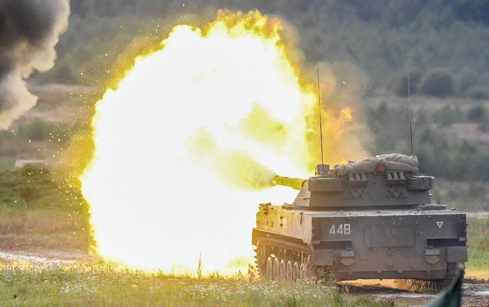 Powietrzne samobieżne działo przeciwpancerne Sprut-SD podczas dynamicznego pokazu uzbrojenia