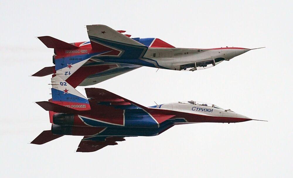 Myśliwce MiG-29 wykonują lot pokazowy w ramach Międzynarodowego Forum Armia 2020 na lotnisku Kubinka