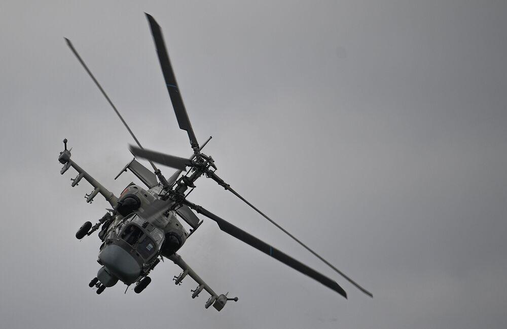 Śmigłowiec szturmowy Ka-52 Alligator wykonuje lot pokazowy w ramach Międzynarodowego Forum Armia 2020