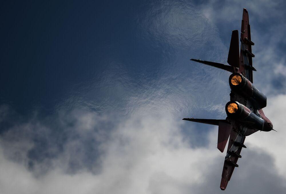 Myśliwiec MiG-29 podczas lotu demonstracyjnego w ramach forum Armia 2020