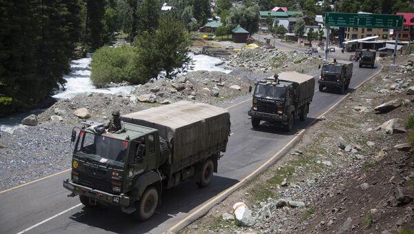 Kolumna indyjskiej armii jedzie wzdłuż trasy w Ladakh - Sputnik Polska