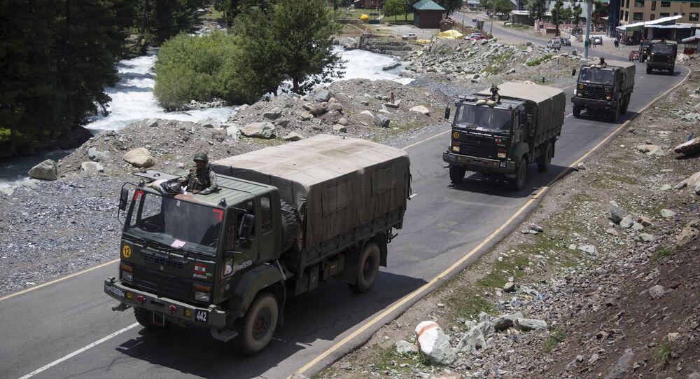 Kolumna indyjskiej armii jedzie wzdłuż trasy w Ladakh