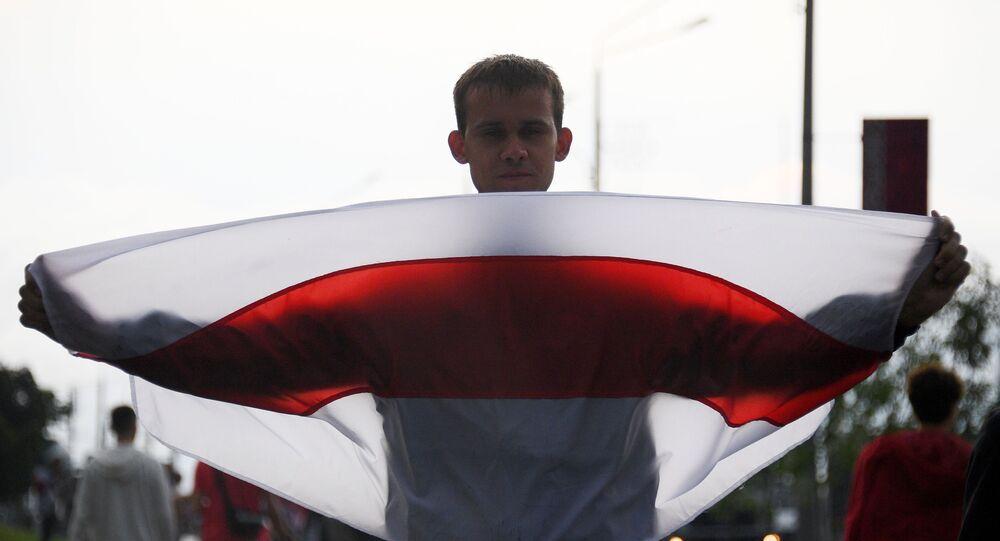 Uczestnik wiecu opozycji w Mińsku