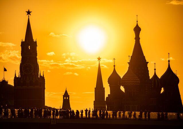 Widok na Kreml z parku Zarjadzie