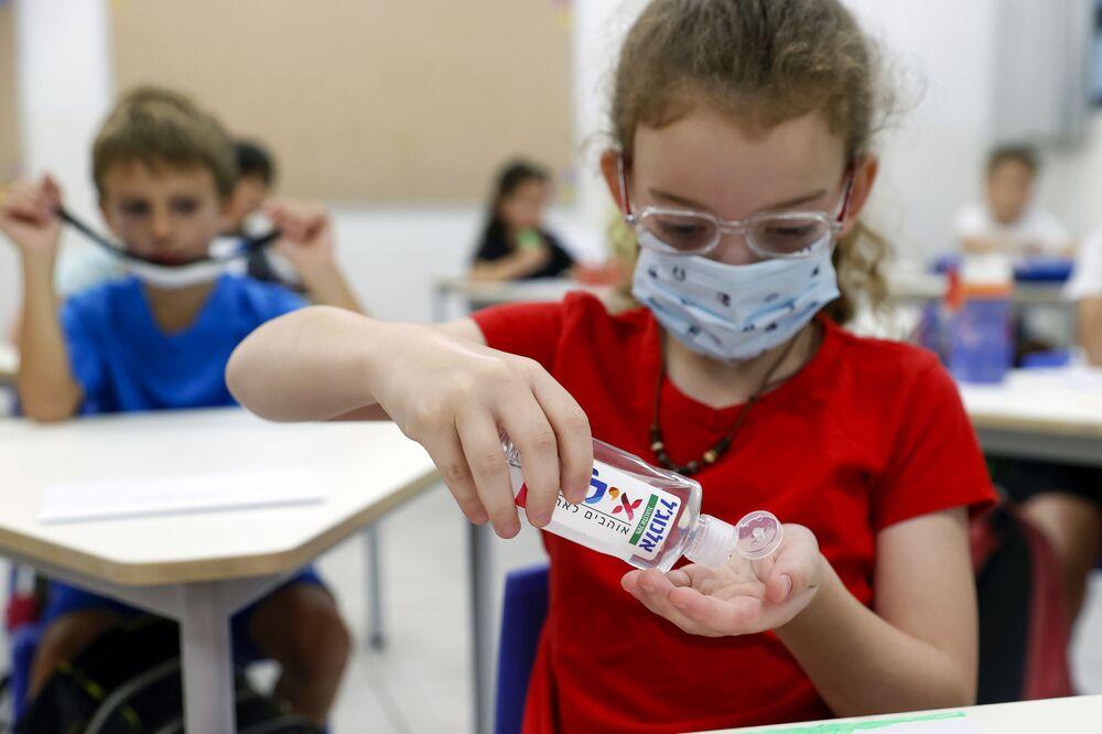 Dziewczynka z żelem dezynfekującym w Izraelu