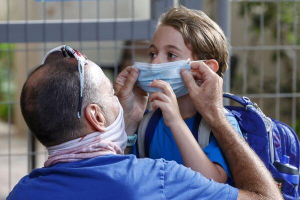 Ojciec zakłada maskę córce, Izrael - Sputnik Polska