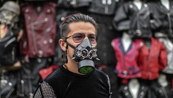 Mężczyzna z masce w El Chopo, Meksyk - Sputnik Polska