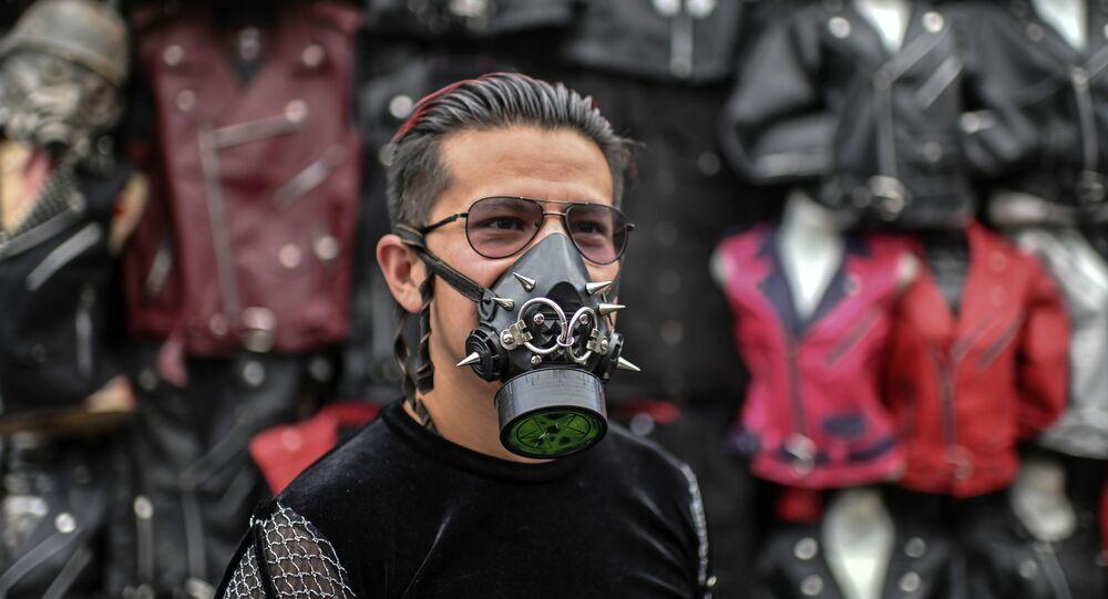 Mężczyzna z masce w El Chopo, Meksyk