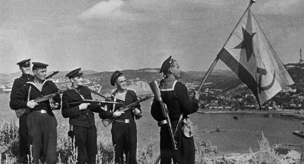 Radzieccy piechurzy morscy w Port Arthur w październiku 1945 roku