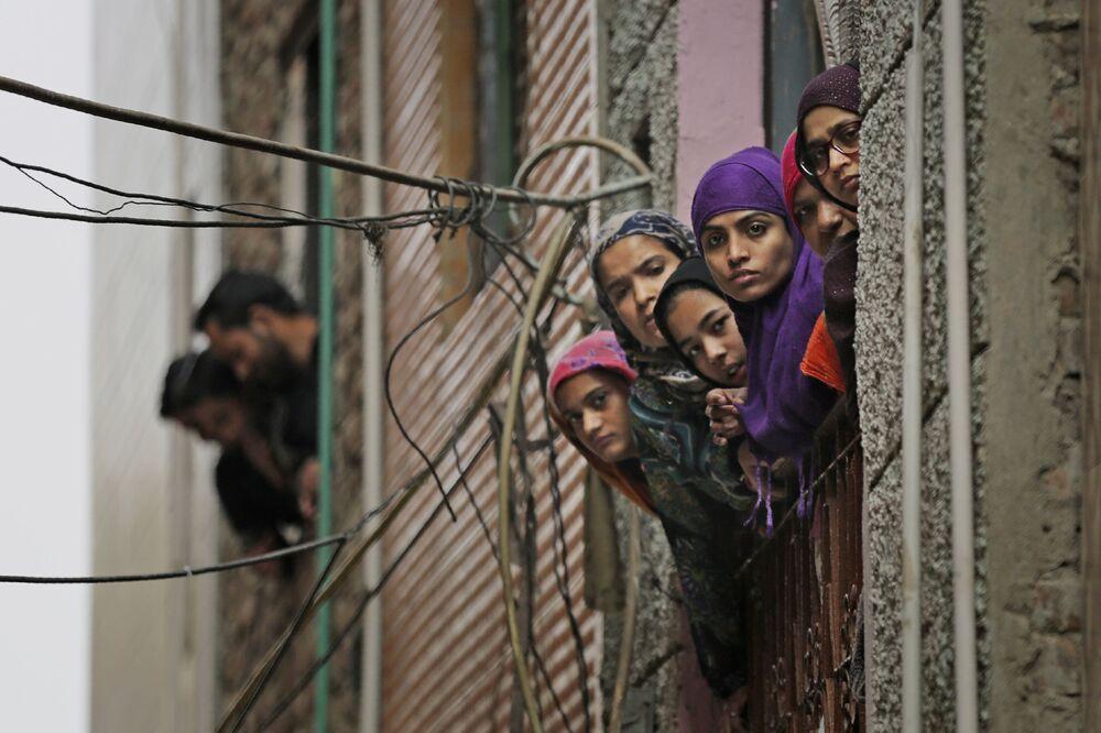 Hinduskie muzułmanki wyglądają przez okno w New Delhi w Indiach