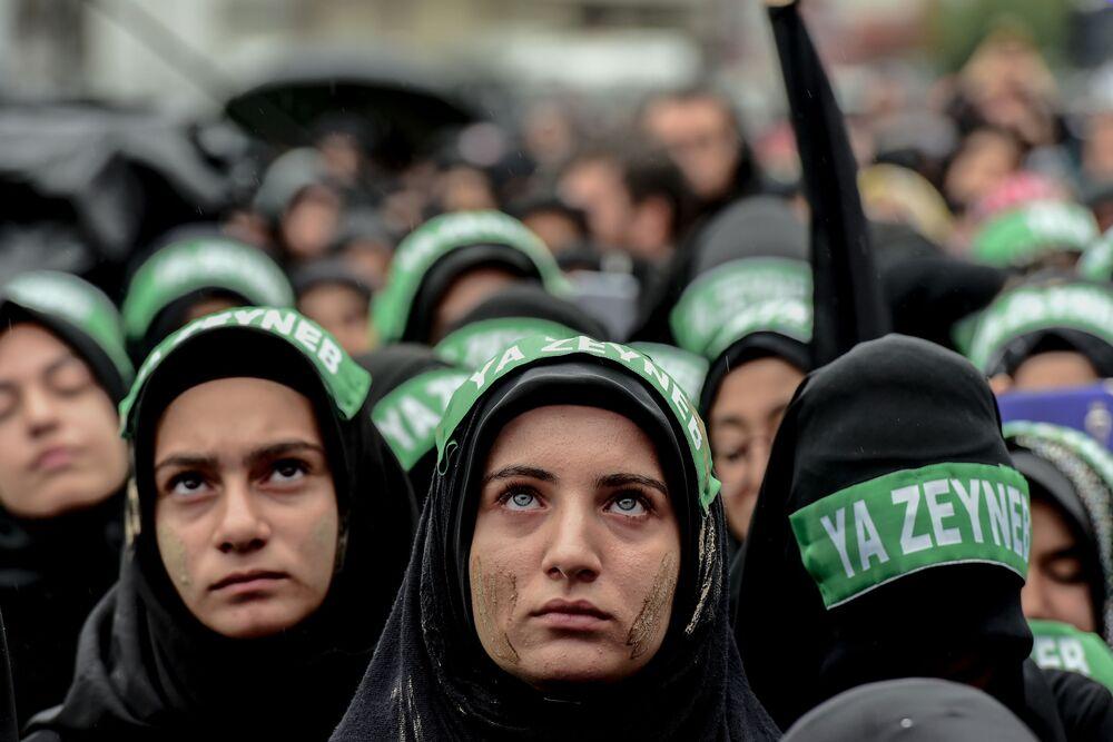 Tureckie szyicki biorą udział w procesji z okazji święta religijnego szyitów Ashura w Istambule w Turcji