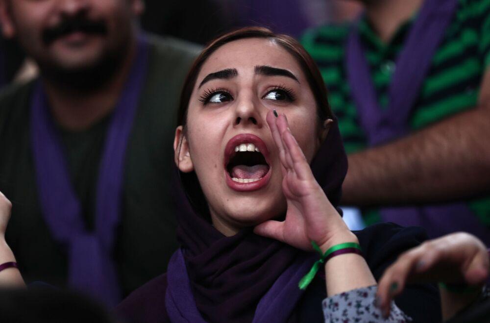 Zwolenniczka kandydata na prezydenta Hassana Rouhaniego wykrzykuje hasła podczas kampanii wyborczej w Zanjan w Iranie