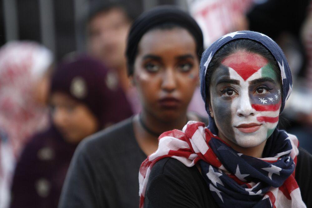 """Dziewczyna bierze udział w wiecu """"Amerykanie przeciwko terroryzmowi, nienawiści i przemocy"""" w Waszyngtonie"""