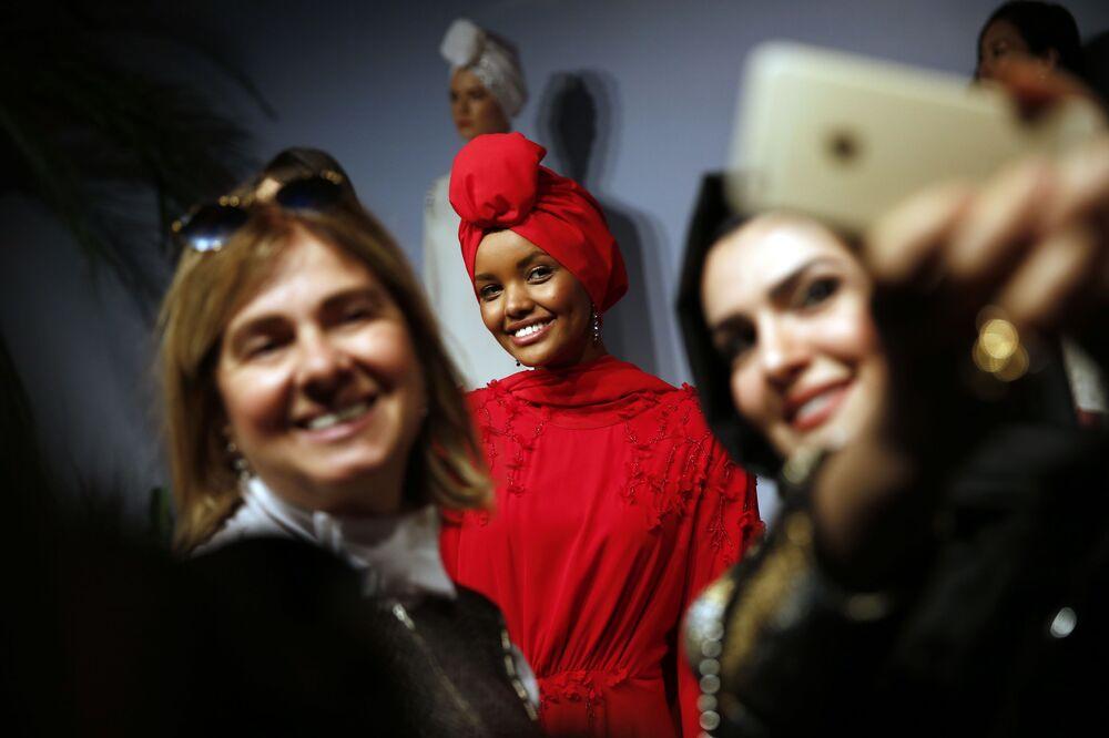 Muzułmańska modelka Halima Aden podczas pokazu mody w Stambule