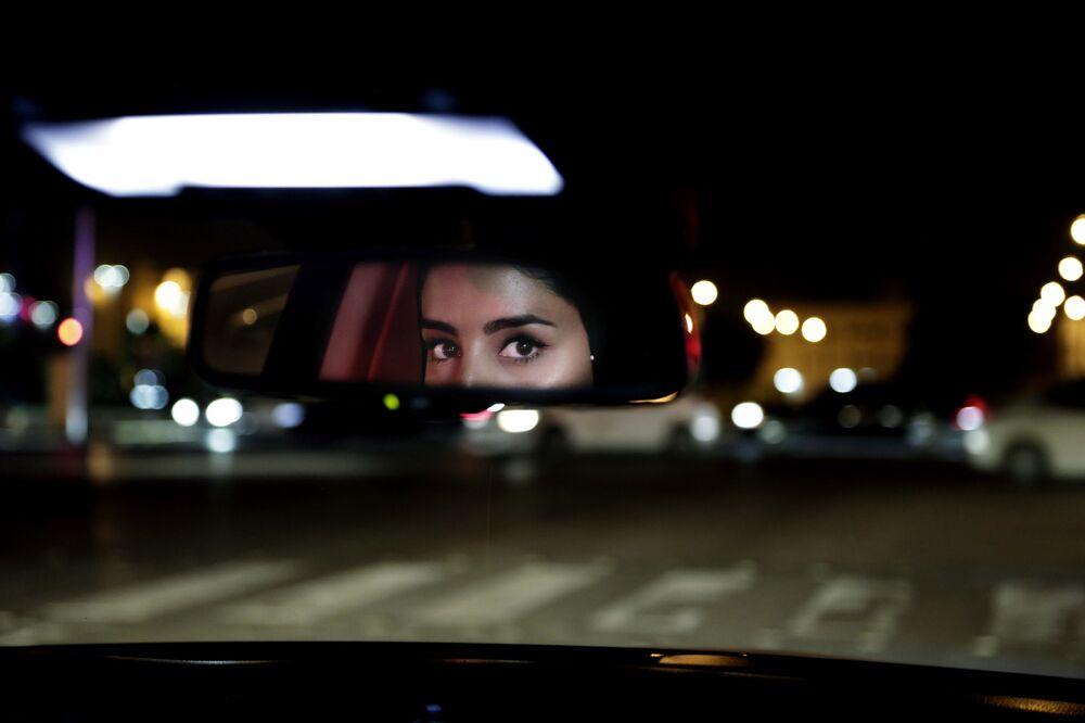 Oczy dziewczyny w lusterku wstecznym samochodu w Arabii Saudyjskiej