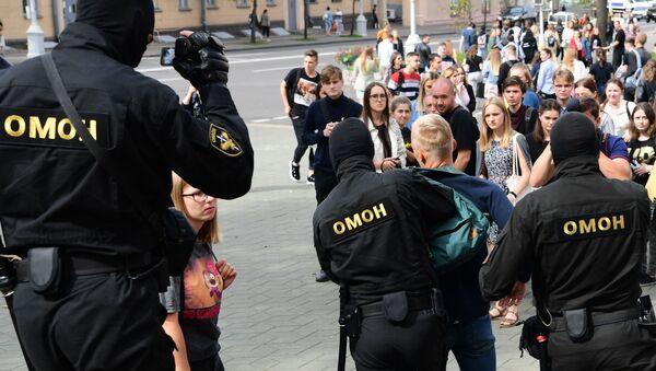 Pracownicy OMON-u w czasie zatrzymania uczestników akcji w Mińsku  - Sputnik Polska