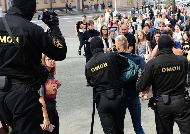Pracownicy OMON-u w czasie zatrzymania uczestników akcji w Mińsku