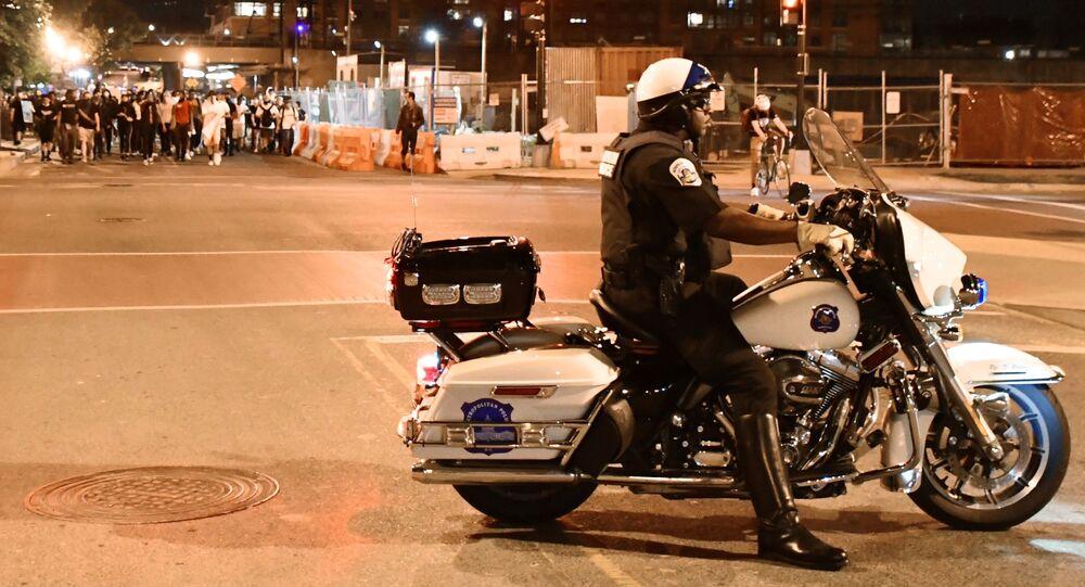 Policjant i protestujący na ulicy Waszyngtona